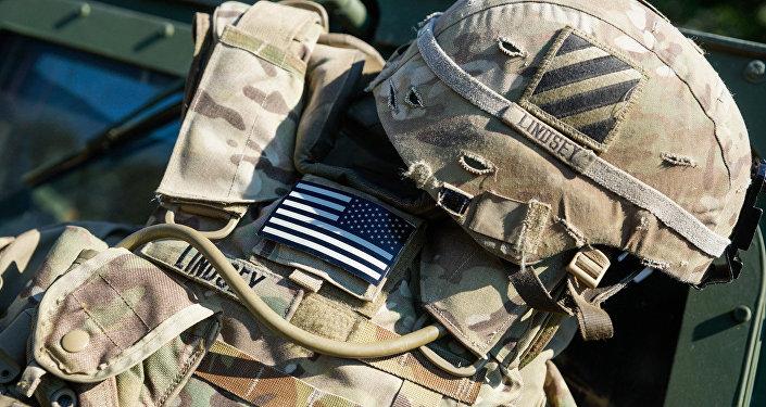 Разгрузка и каска солдата США, архивное фото
