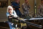 Пожилая жительница Риги с крупнокалиберным пулемётом