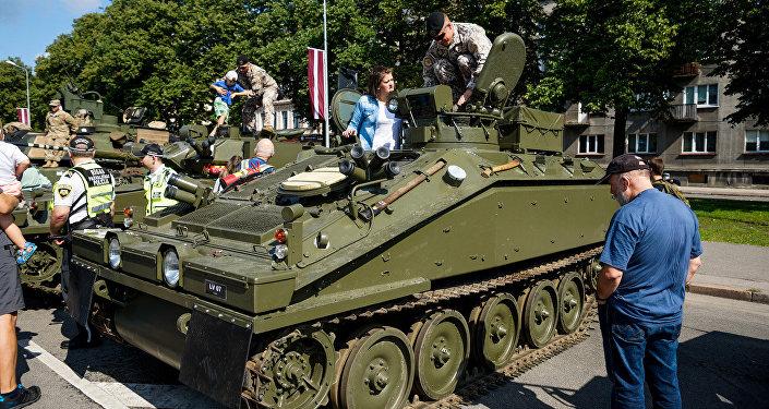 Latvijas armijas bruņutransporteris Pērkons. Foto no arhīva