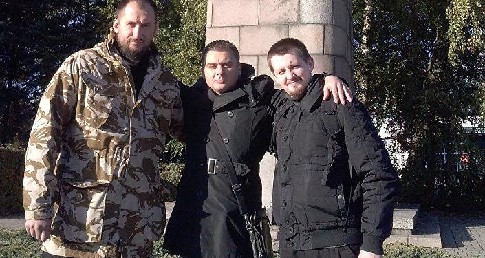 Слева направо: Андрей Попко, Евгений Осипов, Александр Куркин у памятника Защитникам Лиепаи