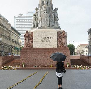 У памятника Свободы выложили рельсы со свечами