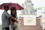 Пара у памятника Свободы