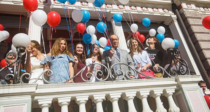 По традиции все вышли на крыльцо посольства и выпустили в небо воздушные шарики
