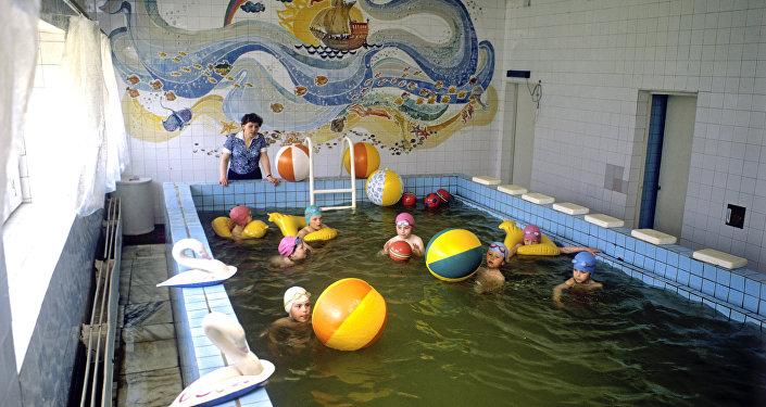 Bērni peldbaseinā. Foto no arhīva