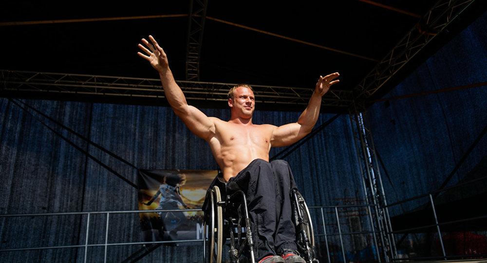 Bodibildings ratiņkrēslā