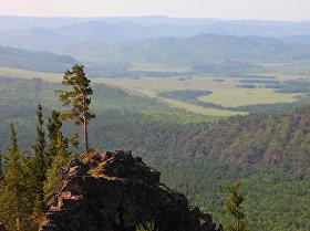 Вид с одной из вершин горного массива Алханай