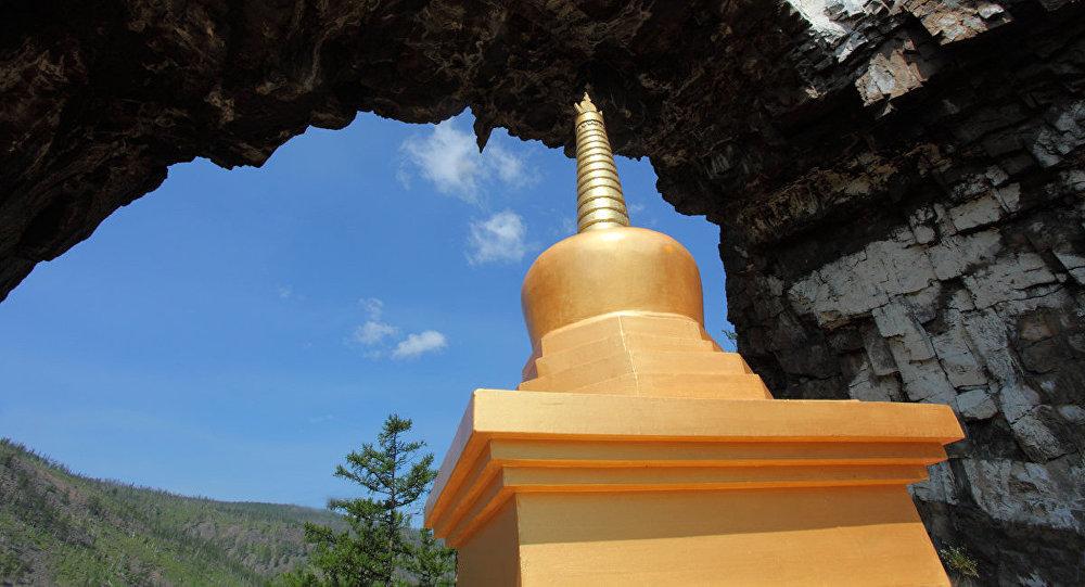 Zelta Pēda Vārtu templī. Stāsta, ka ilgu laiku pirms budisma parādīšanās, Alhanajā pabijis pats Čingishans.