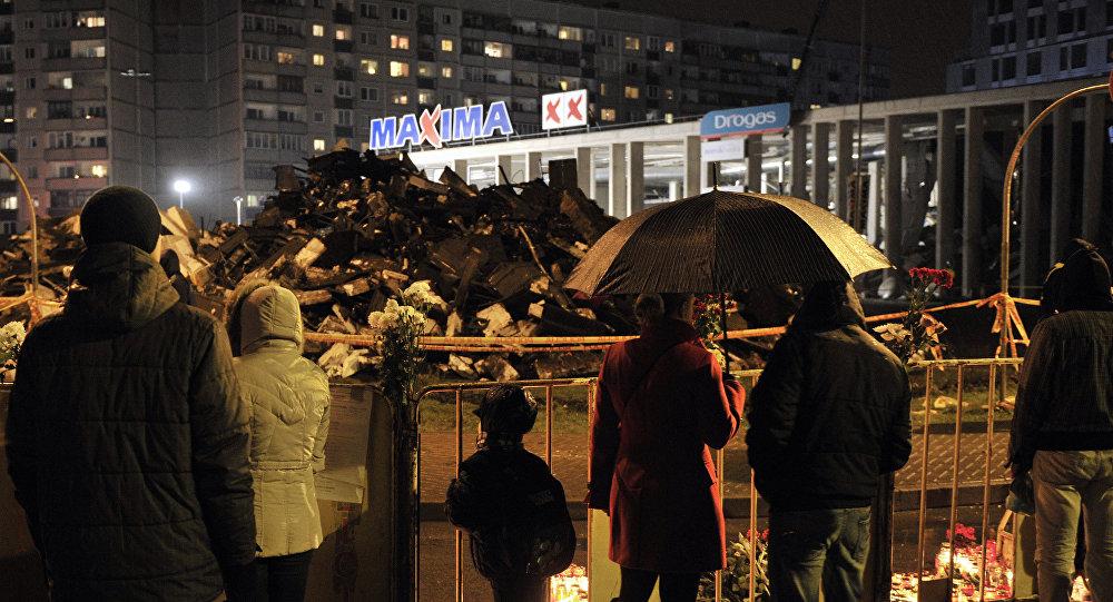 Горожане возлагают цветы и зажигают свечи на месте трагедии в Риге. Архивное фото