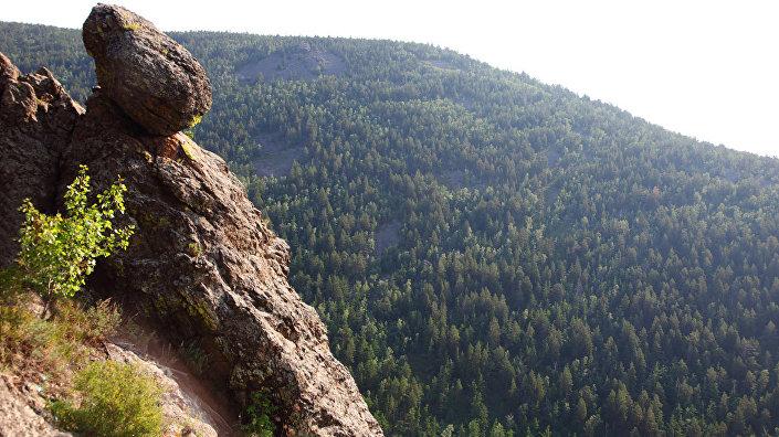 Падающий камень на первой смотровой площадке горы Алханай