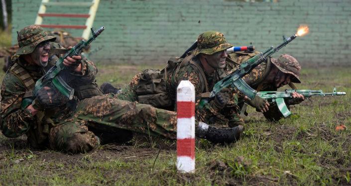 Военнослужащие вооруженных сил России во время прохождения этапа Тропа разведчика. Архивное фото