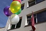 Воздушные шарики у здания школы, архивное фото