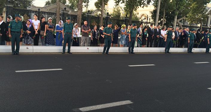 Taškentas iedzīvotāji raud un met ziedus zem valsts prezidenta sēru korteža riteņiem