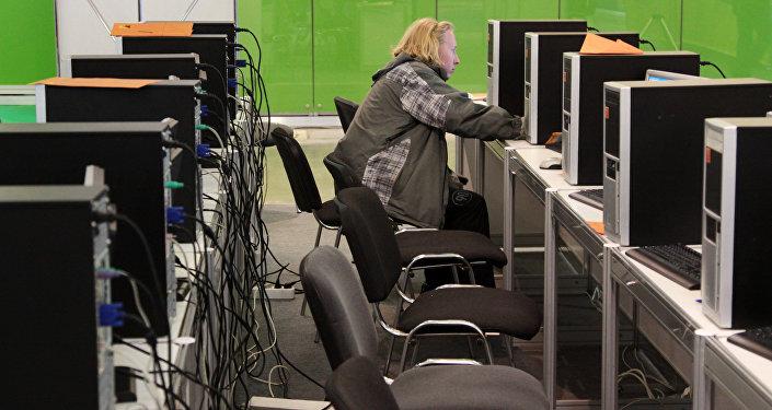Молодой человек за компьютером