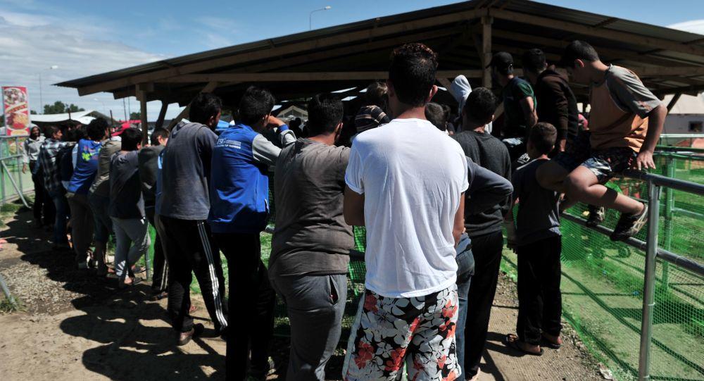 Беженцы в Поликастро в 20 км от границы между Грецией и Македонией