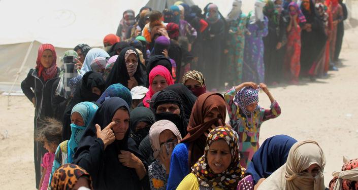 Иракские женщины стоят в очереди за гуманитарной помощью. Архивное фото