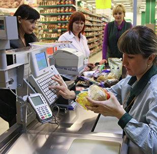 Pircēji apmaksā preces lielveikalā