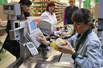 Покупатели оплачивают покупки в гипермаркете, архивное фото