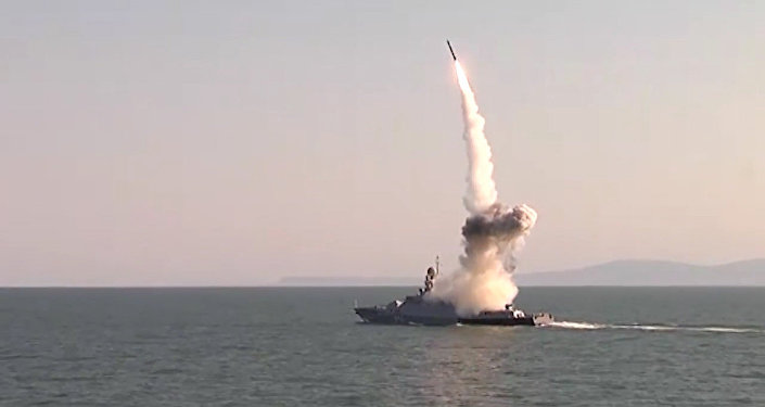 Raķešu Kalibr starts no Kaspijas flotiles kuģiem Krievijas BS mācībās