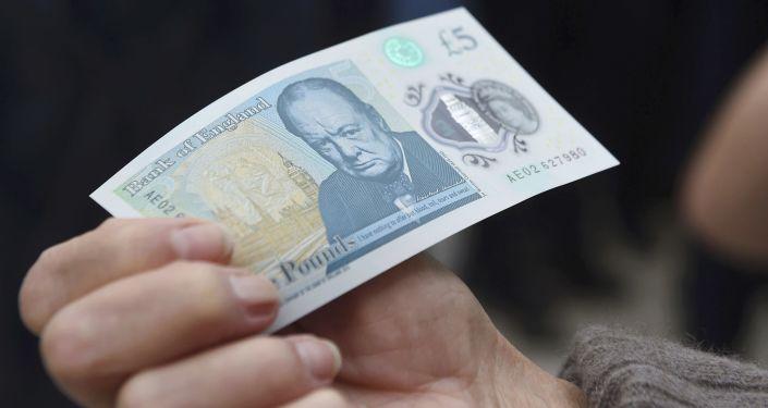 Jauna plastmasas 5 mārciņu banknote
