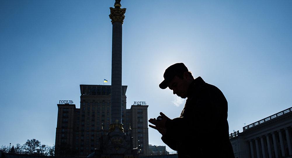 Прохожий на площади Независимости в Киеве. Архивное фото