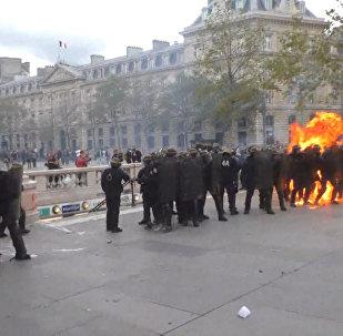 Sadursmes Parīzes ielās