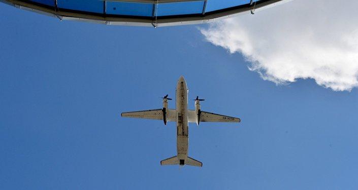 Военно-транспортный самолет Ан-26 в небе