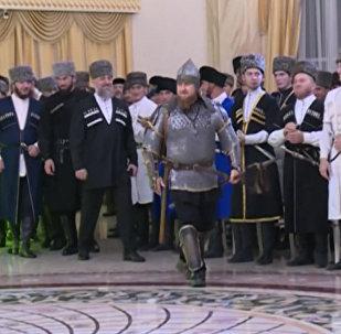 Ramzans Kadirovs pārsteidza ar savu tērpu Čečenijas sievietes dienā