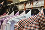 Мужские сорочки на вешалках