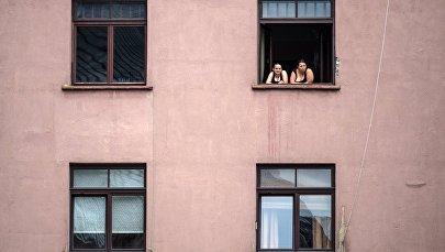 Meitenes pie loga Vecrīgā