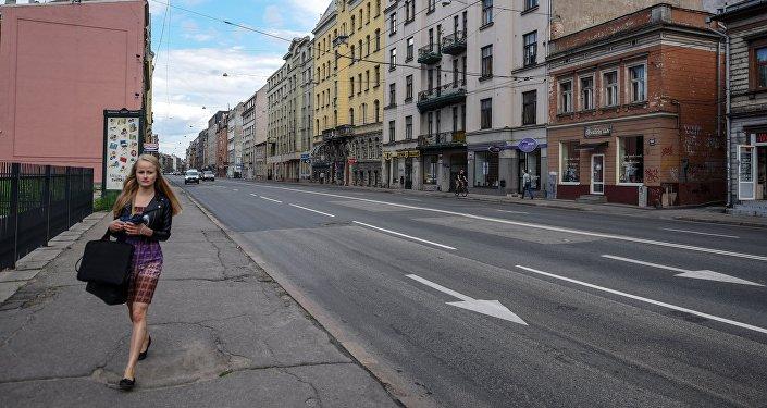 Девушка идет по улице Бривибас в центре Риги в Латвии, архивное фото