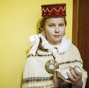 Девочка в национальном латышском костюме