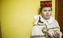 Meitene latviešu tautas tērpā