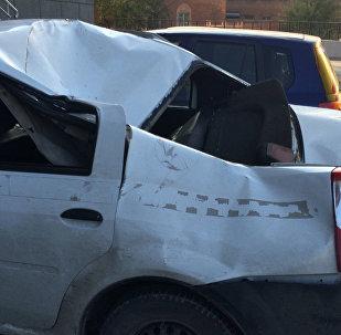 Во дворе на улице Беловежской молодой человек выпал прямо на крышу припаркованного у подъезда Renault Logan