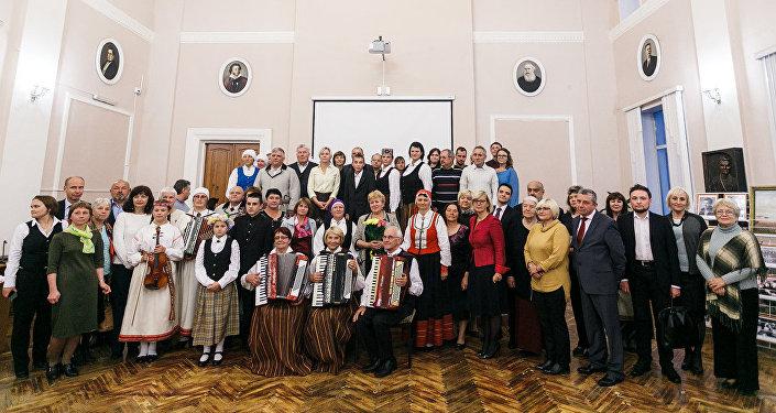 Члены Смоленского латышского землячества Сакнес с послом Латвии в России Астрой Курме и гостями из Латвии