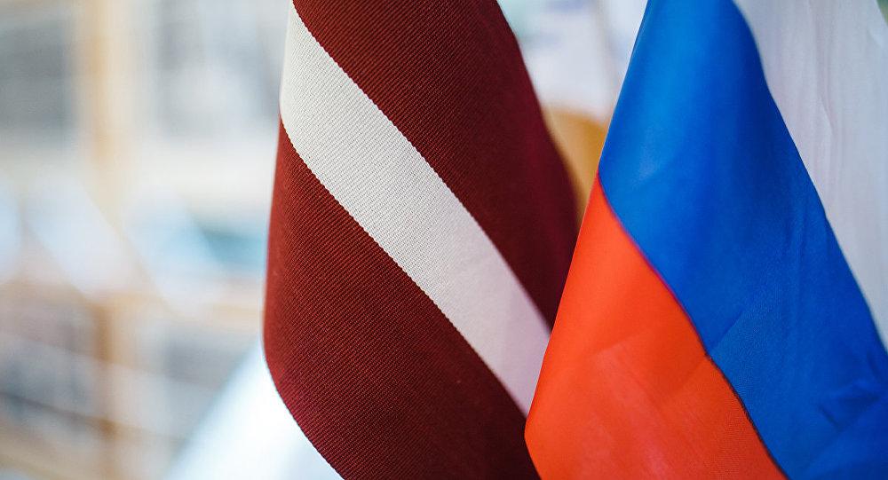 Latvijas un Krievijas karogi. Foto no arhīva