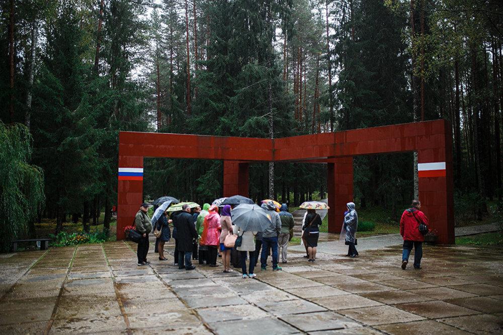 Smoļenskas latviešu biedrības 100. gadskārtas dienās Smoļenskas iedzīvotāji, Latvijas vēstniece Krievijā Astra Kurme un Latvijas delegācija apmeklēja vienu no baismīgākajām vietām uz zemes – Katiņas meža masīvu, kur Staļina represiju laikā nogalināti un kopējos kapos apglabāti 4 415 poļi un vismaz 6 tūkstoši Smoļenskas novada iedzīvotāju, kuru vidū bija liels skaits latviešu.