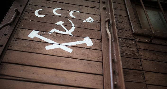 Герб и надпись СССР на вагоне в Мемориальном комплексе Катынь, архивное фото
