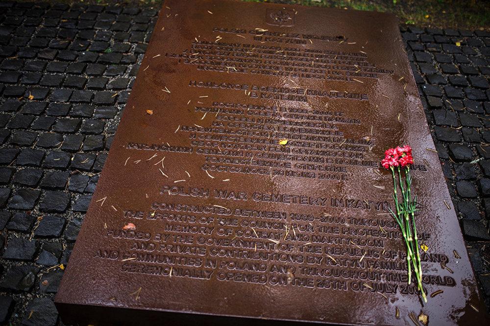 Katiņas memoriāls tika atklāts 2000. gada 28. jūlijā – tas bija pirmais starptautiskais Staļina represiju upuru piemineklis Krievijā. Tā izveidi sekmēja Krievijas Kultūras ministrija un Polijas Atmiņas, cīņas un moceklības padome.