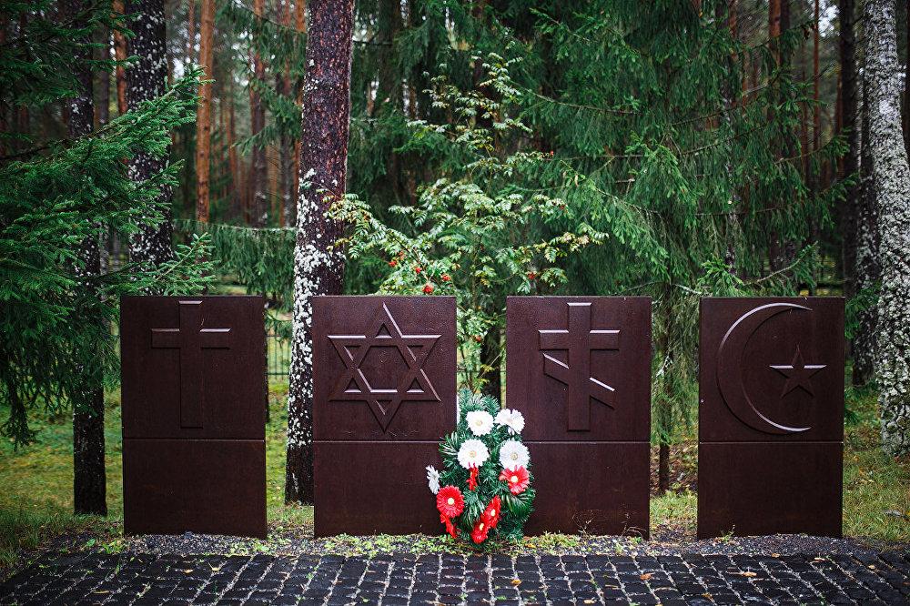 Poļu un krievu robežas te ir nosacītas. Starpība tikai tā, ka poļu pusē ritēja nopietni pētījumi, un noskaidroti visu Katiņas mežā apglabāto karavīru un virsnieku uzvārdi.