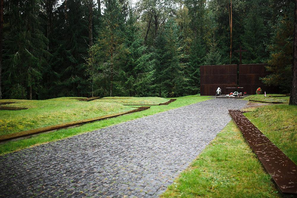 Poļi tika nogalināti 1940. gada pavasarī, un ilgus gadus padomju valdība par to vainoja vāciešus, līdz beidzot atzina savu vainu pagājušā gadsimta 80. gadu beigās.