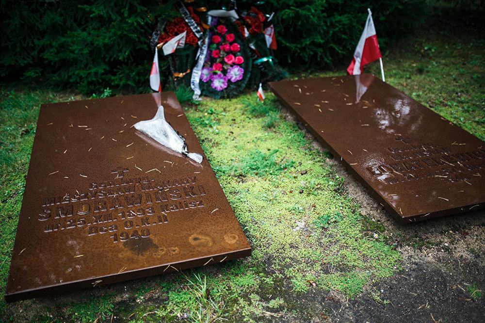 Ģenerāļu Mečislava Smoravinska un Broņislava Bogatireviča kapu plāksnes.