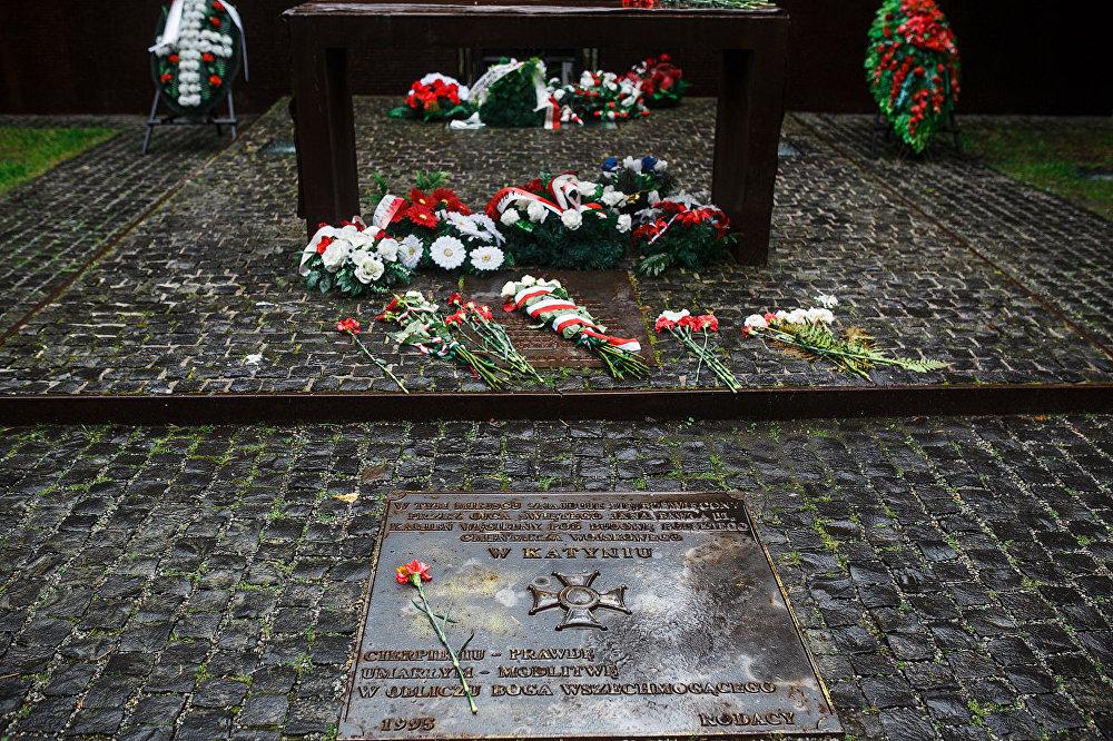 Taču ilgi pirms šiem notikumiem uz Katiņas mežu tika vestas NKVD pagrabos nomocīto padomju pilsoņu mirstīgās atliekas. Viņu vidū bija arī liels skaits neuzticamu latviešu.