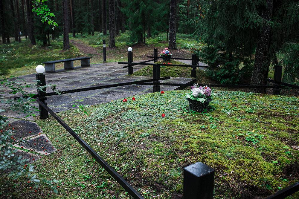 Te ir deviņi kapi, kuru perimetrus ieskauj nepareizas formas iežogojumi, kas simbolizē, ka upuru skaits nav zināms. Saskaņā ar autoru ieceri, nepareizā forma simbolizē arī padomju ģimeņu salauztos likteņus.