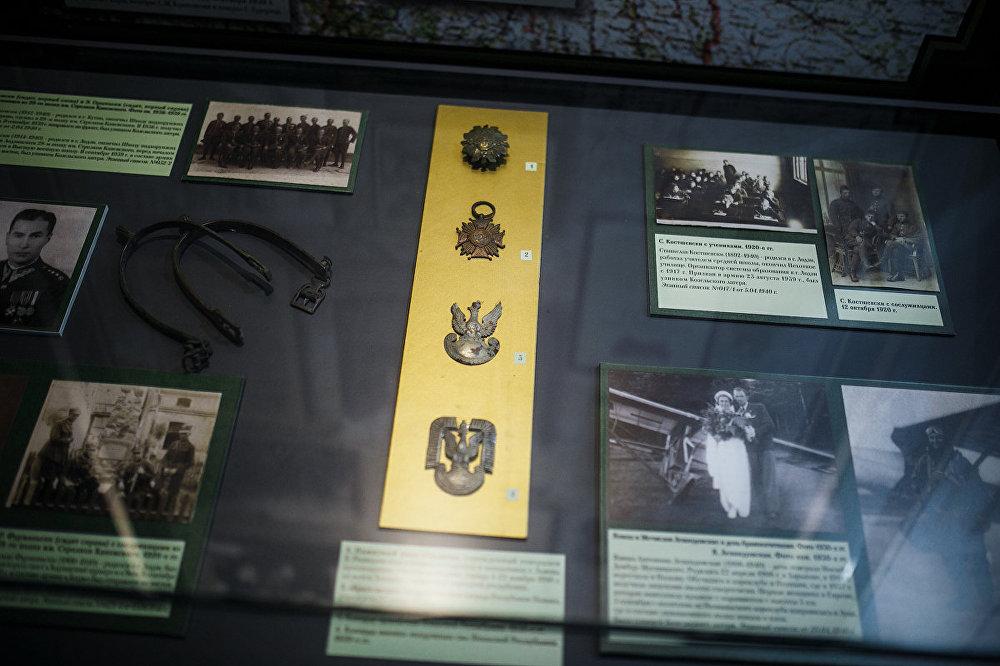 Poļu karavīru un virsnieku izcilības zīmes un apbalvojumi.