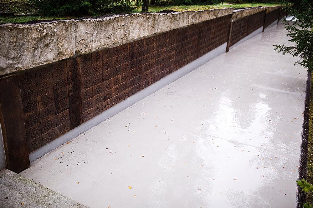Tālāk zem betona plāksnes – katra nogalinātā karavīra un virsnieka plāksnītes.