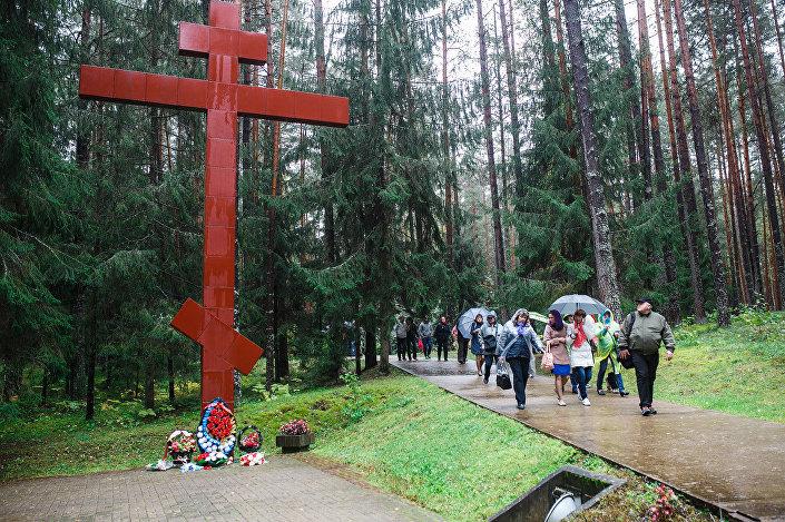 Поклонный крест на российской стороне в Мемориальном комплексе Катынь