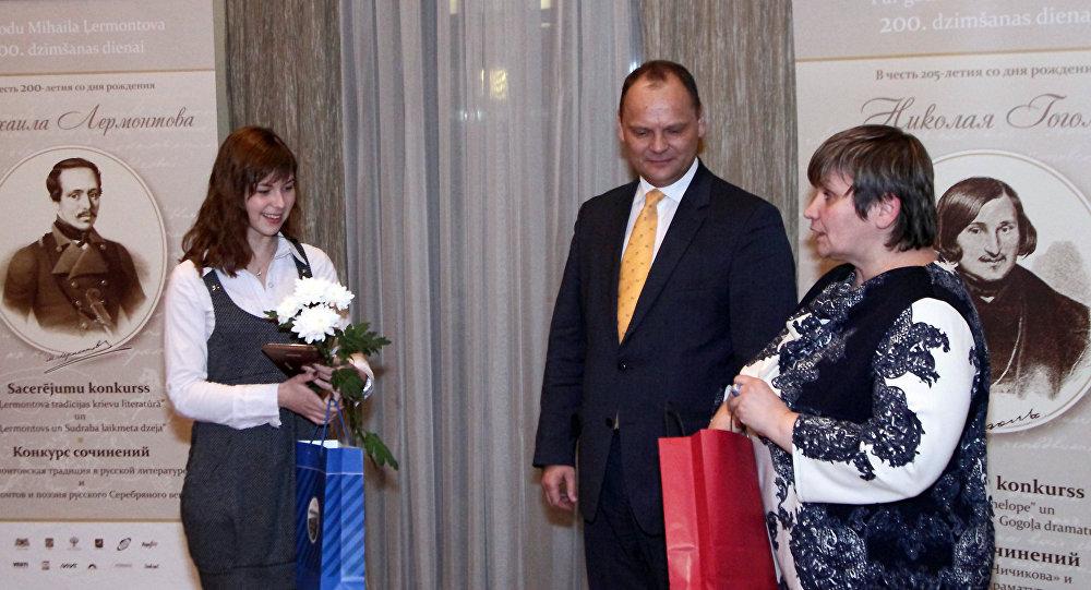 Руслан Панкратов и Елена Бердникова вручают призы победительнице конкурса сочинений в 2015 году