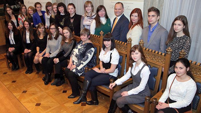 Руслан Панкратов с победителями конкурса сочинений по произведениям Гоголя и Лермонтова в 2015 году