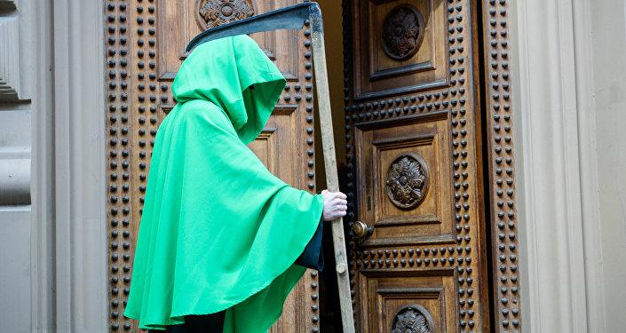 Зелёная смерть у входа в Сейм. Протест Латвийского профсоюза работников здравоохранения и социального ухода у Сейма