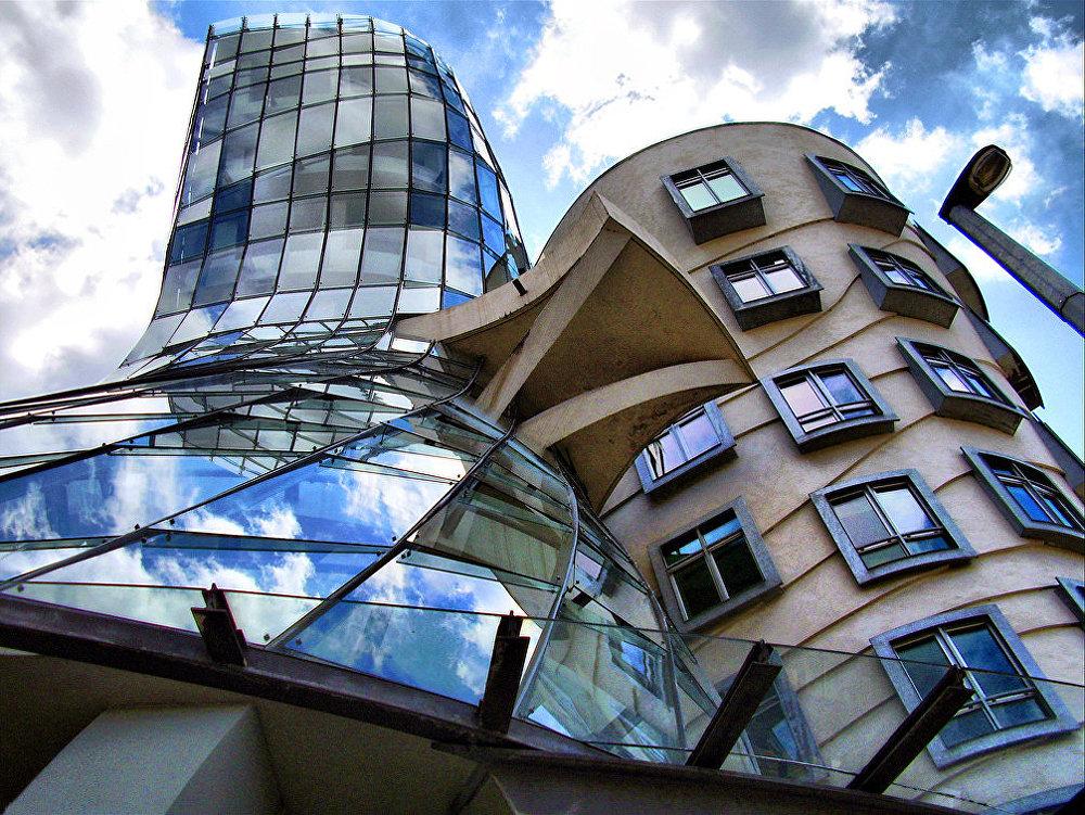 Dejojošo māju Čehijas galvaspilsētā izdomāja arhitekts Frenks Gerijs. Tā iesaukta par Džindžeru un Fredu – par godu slavenajiem dejotājiem Džindžerai Rodžersai un Fredam Asteram.